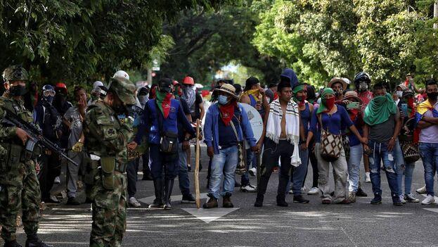 Soldados durante una manifestación indígena en Cali. (EFE)