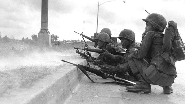 Soldados survietnamitas defendiendo Saigón durante la ofensiva del Tet, en 1968. (US military personnel)