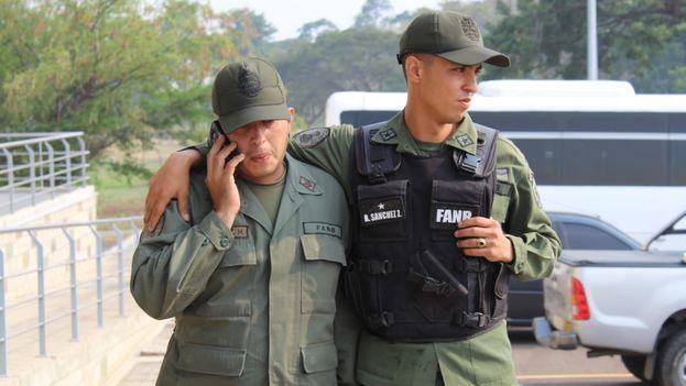 Soldados venezolanos tras escapar de Maduro este sábado cruzando la frontera colombiana. (Migración Colombia)