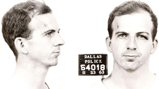 Lee Harvey Oswald pidió aparentemente un visado de tránsito por Cuba de camino a la Unión Soviética y se enfadó al ver lo difícil que era conseguirlo. (Dallas Police; Warren Commission)