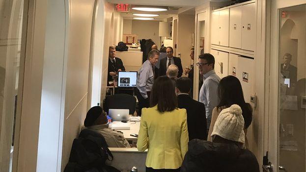 Sean Spicer recorre la zona de prensa de la Casa Blanca tras asumir su cargo como portavoz de la Administración Trump. (@PressSec)