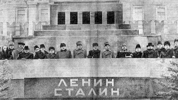En la fotografía, los líderes soviéticos presiden las honras fúnebres del dictador Stalin sobre el mausoleo de Lenin en la Plaza Roja. (Archivo)