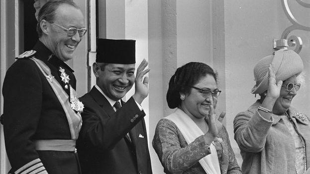 Suharto junto a su esposa flanqueados por la reina Juliana y el príncipe Bernardo durante una visita a los Países Bajos en 1970. (CC)