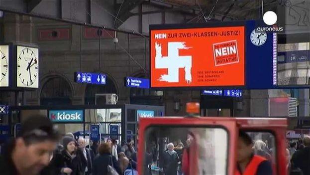 Una valla en una calle en Suiza rechaza el endurecimiento de la ley que permite expulsar a los extranjeros que hayan cometido delitos graves. (Euronews)