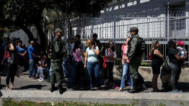 Extensas filas en supermercados de Venezuela ante orden de bajar precios