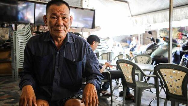 Nguyen Huu, veterano del Ejército del Sur de 66 años con las dos piernas amputadas, posa mientras recuerda con amargura el 30 de abril de 1975, el día en que las tropas del Frente Nacional de Liberación de Vietnam y el ejército norvietnamita tomaron Saigón (actual Ho Chi Minh) y certificaron la derrota de Vietnam del Sur. (EFE)