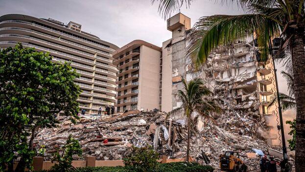 En la imagen, los escombros del edificio de condominios de 12 pisos parcialmente derrumbado en Surfside, Florida. (EFE/ Giorgio Viera)