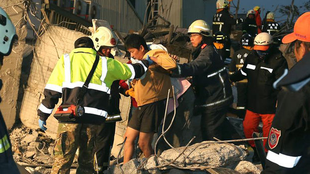 El panorama en Tainan es devastador, con edificios derrumbados, otros con una planta colapsada o inclinados, vehículos aplastados. (EFE)