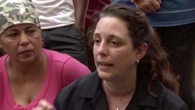 Tania Bruguera, en Costa Rica, acompañando a los cubanos varados en la frontera. (Youtube/captura de pantalla)