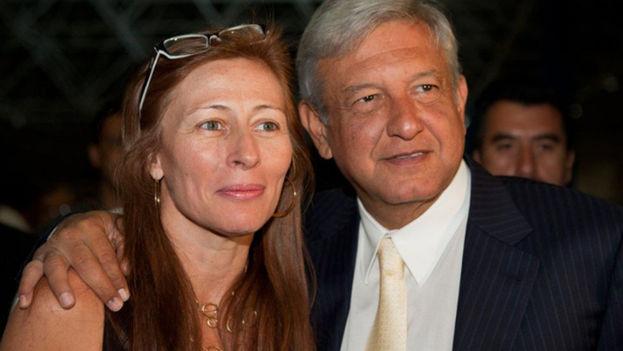 Tatiana Clouthier junto a Andrés Manuel López Obrador, candidato a la presidencia de México. (EFE)
