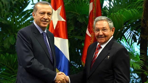 El presidente turco Recep Tayyip Erdogan y su homólogo Raúl Castro en La Habana. (Presidencia de Turquía)
