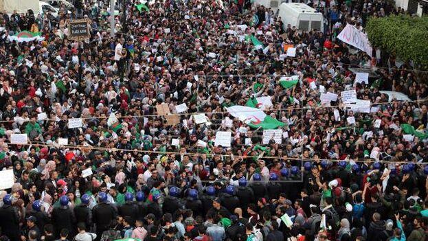 """Al grito de """"fuera Tebboun"""", en alusión al presidente electo, el ex primer ministro Abdlemajid Tebboun, los congregados marcharon por el centro de Argel. (EFE)"""