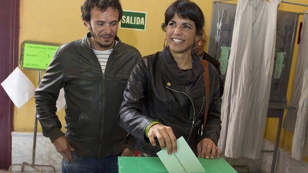 Teresa Rodríguez, candidata de Podemos a la presidencia de Andalucía, votando este domingo en Cádiz. (EFE/Román Ríos)