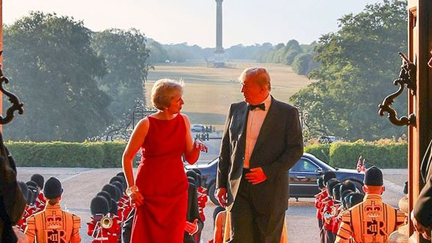 Theresa May y Donald Trump asisten a la cena de gala en el palacio de Blenheim. (@10DowningStreet)