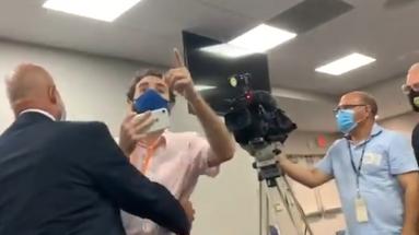 El activista Thomas Kennedy increpa al gobernador de Florida por su gestión de la pandemia en el estado. (Captura)