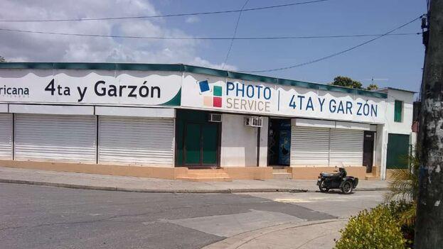 Tienda de 4ª y Garzón, en Santiago de Cuba, de venta en moneda libremente convertible, cerrada tras ser apedreada por los manifestantes. (14ymedio)