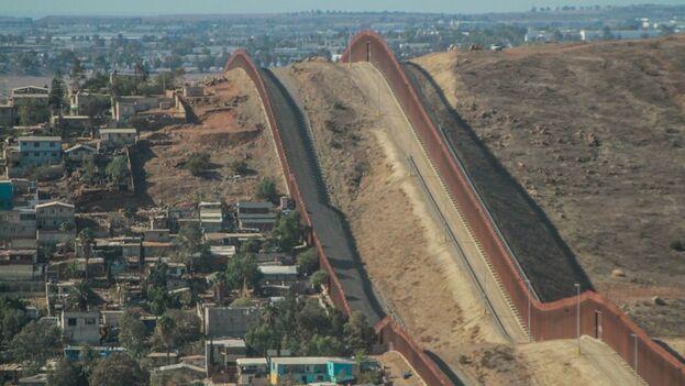 Vista del muro fronterizo estadounidense en la ciudad de Tijuana, Baja California (México). (EFE/Joebeth Terriquez)