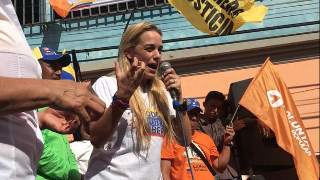 Lilian Tintori en Guárico, en el acto de Mesa de la Unidad Democrática durante el cual mataron a Luis Manuel Díaz. (Twitter/@liliantintori)