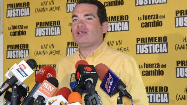 """El diputado opositor Tomas Guanipa protestó contra lo que considera """"regalar"""" el petróleo venezolano. (@TomasGuanipa)"""