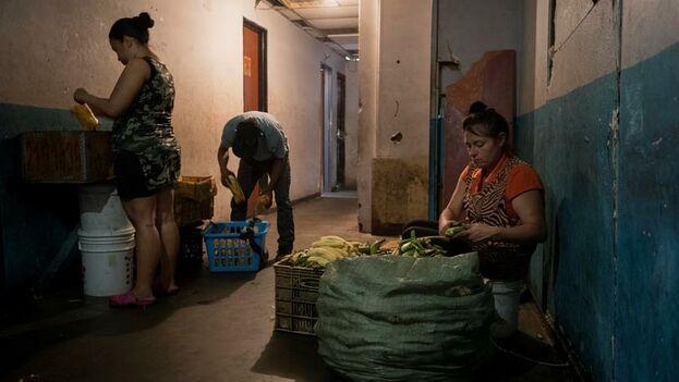 """En la Torre Viasa el olor a aceite quemado y plátanos fritos es la norma desde que decenas de las familias que la habitan encontraran en los llamados """"tostones"""". (EFE/ Rayner Peña R.)"""