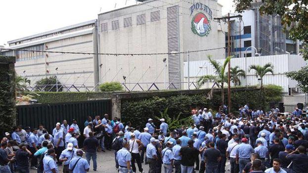 Trabajadores de Alimentos Polar el pasado 1 de mayo ante la sede de la empresa
