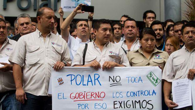 Trabajadores de la empresa venezolana Polar en una manifestación. (Archivo EFE)