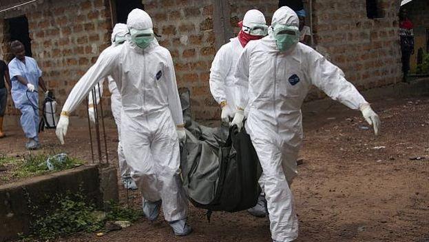 Trabajadores de la salud durante una campaña para erradicar el ébola en África. (EFE)