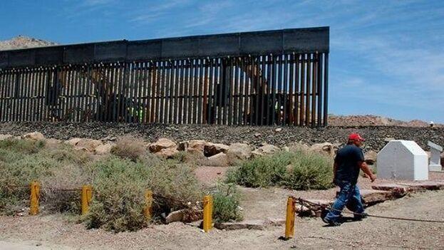 Trabajos de construcción del muro en la frontera con México cerca de Yuma, Arizona, en septiembre del año pasado. (EFE)