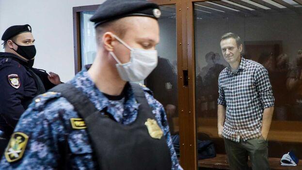 El opositor ruso Alexei Navalny antes de la audiencia en el Tribunal de Moscú. (EFE / EPA / YURI KOCHETKOV)