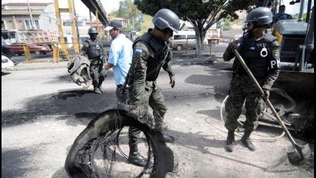 Mientras la oposición y el Tribunal Supremo Electoral siguen atascados en lo del inicio del escrutinio especial, la incertidumbre crece en Honduras. (EFE/Humberto Espinoza)