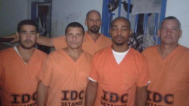 Un grupo de cubanos detenidos en Trinidad y Tobago por las autoridades migratorias. (Cortesía)