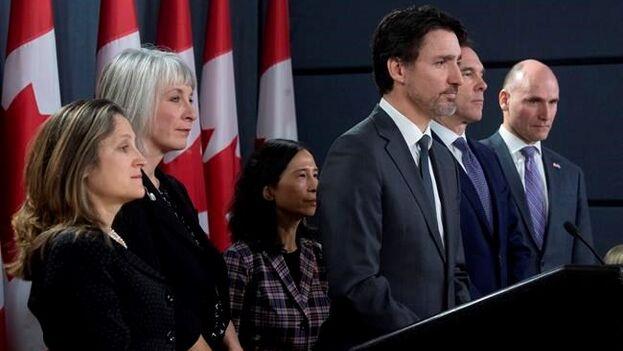 Justin Trudeau junto a su viceprimera ministra Chrystia Freeland (primera por la izquierda) y la doctora Theresa Tam (centro). (JustinTrudeau)