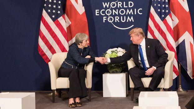 Los planes en política migratoria de Trump se dieron a conocer este jueves, mientras el presidente de EE UU se reunía con otros líderes mundiales en el Foro de Davos (Suiza). En la imagen, con Theresa May, primera ministra británica. (@realDonaldTrump)