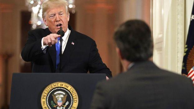 Trump se enfada con Jim Acosta, periodista de CNN, cuando éste le pregunta por inmigración. (EFE)