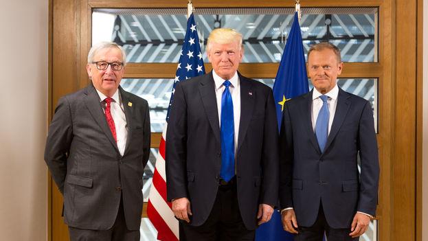 Trump presumió de conocer bien a Juncker (izq.) y Tusk (dcha.) y entender las cosas que le han llamado, aunque las tensiones con la UE son evidentes. (CC)