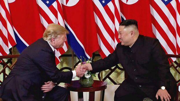 Trump y Kim se estrechan la mano en la cumbre que los ha reunido y ha terminado de forma repentina. (EFE/HOST BROADCAST)