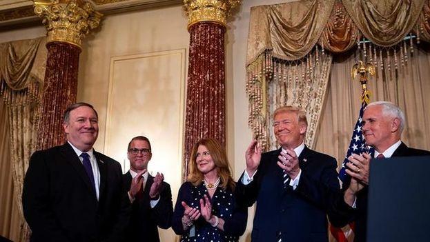 Trump se deshizo en halagos hacia Pompeo en un breve discurso en el que le cedió todo el protagonismo. (EFE)
