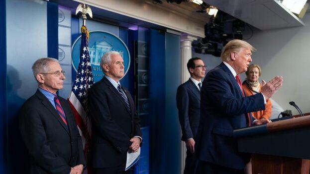 Trump con el grupo de trabajo específico para el plan contra el coronavirus. (White House)