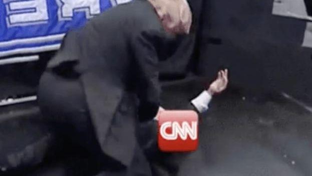 Trump en el vídeo en el que se le ve golpeando a un hombre que lleva el logotipo de la cadena, bajo un ring de lucha libre. (Captura)