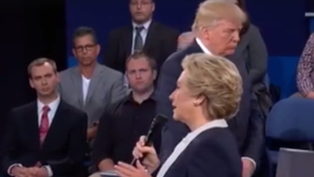 A Trump se le notaba nervioso en los primeros compases del debate, moviéndose por el escenario mientras Clinton hablaba, pero poco a poco fue recomponiéndose. (Fotograma)