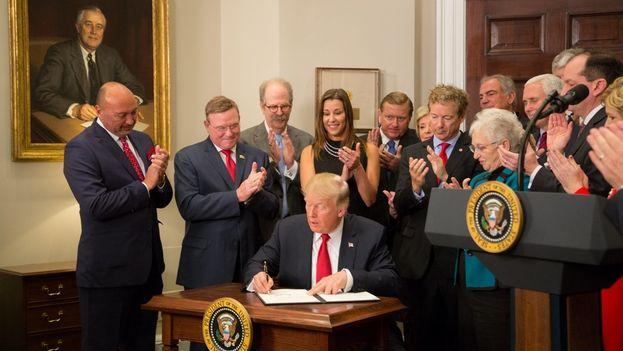 Trump firmó este jueves la orden que pone fin a los subsidios que ayudan a sostener 'Obamacare'. (@WhiteHouse)