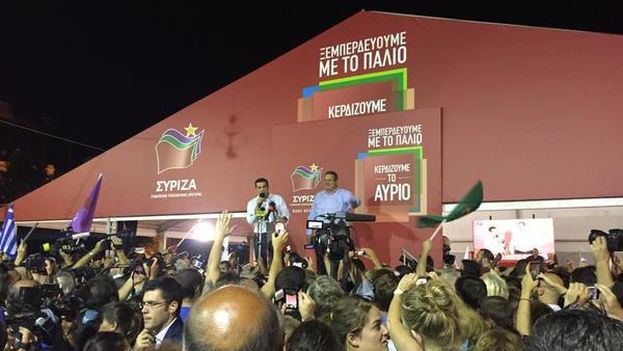 Tsipras celebra la victoria de la izquierda en Grecia desde Plaza Klafthmonos. (Twitter/@tsipras_eu)