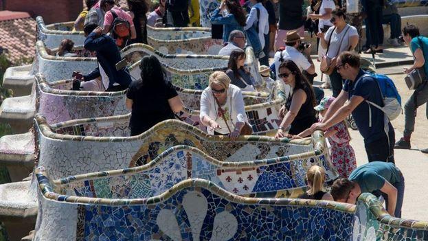 Turistas internacionales en el Parque Güell, uno de los principales puntos de interés de la ciudad de Barcelona, en España. (EFE)