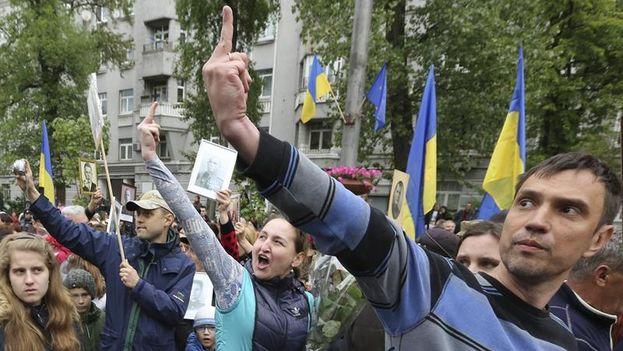 Varias personas muestran su disconformidad con la Organización de Nacionalistas Ucranianos durante una marcha para conmemorar en Día de la Victoria en Kiev. (EFE)