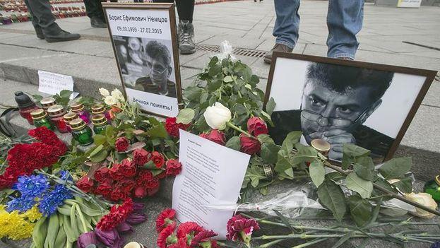 Ucranianos colocan flores en memoria de Boris Nemtsov en la Plaza de la Independencia en Kiev (Foto Sergey Dolzhenko)