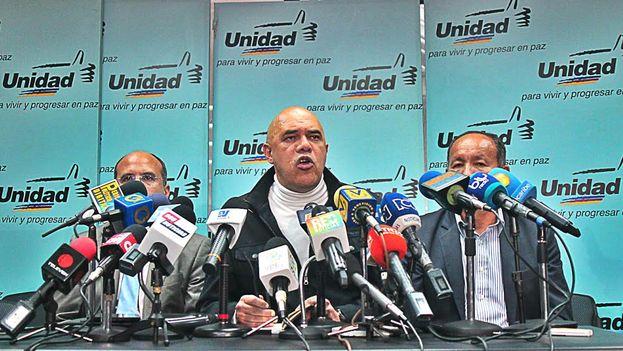 El secretario ejecutivo de la Mesa de la Unidad Democrática, Jesús Chuo Torrealba, durante la rueda de prensa de este martes. (MUD)