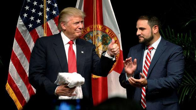 El presidente de Estados Unidos, Donald Trump, junto al cubanoamericano Carlos Trujillo. (CC)