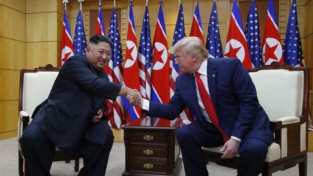 El presidente de Estados Unidos, Donald Trump, y el líder norcoreano Kim Jong-un, se dan la mano en Pyongyang este domingo. (EFE/Yonhap)