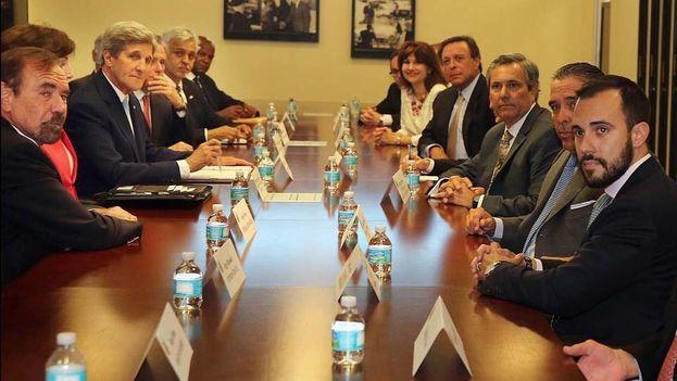 Según el autor, los cubanos que han triunfado en Estados Unidos lo hicieron valiéndose de instituciones prestadas de la sociedad americana. En la imagen, Kerry durante un encuentro con empresarios cubanoamericanos