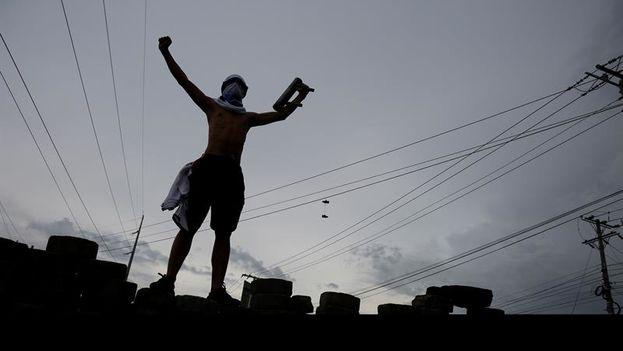 """Un grupo de jóvenes estudiantes universitarios, acompañados de licenciados de la Universidad Nacional de Nicaragua (UNAN), se congregaron en la rotonda universitaria en Managua para reivindicar """"una Nicaragua libre"""". (EFE/Rodrigo Sura)"""